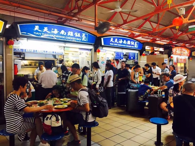 9宝Happy Singapore攻略 Day1 2月7日 交通: 地铁:从2号航站楼地下1层和3号航站楼地下2层可直接到达樟宜机场地铁站(绿线)。 1号航站楼的乘客可以搭乘高架列车(Skytrain)到2或3号航站楼乘坐地铁。 黄线滨海湾marina bay如果去marina bay sand金沙酒店的话需要在这一站换乘到滨海舫bay front。 出租:25新币左右。大约需要30分钟(建议出租) 玩:滨海湾金沙酒店marina bay sand 地址:10Bayfront Avenue Singapo