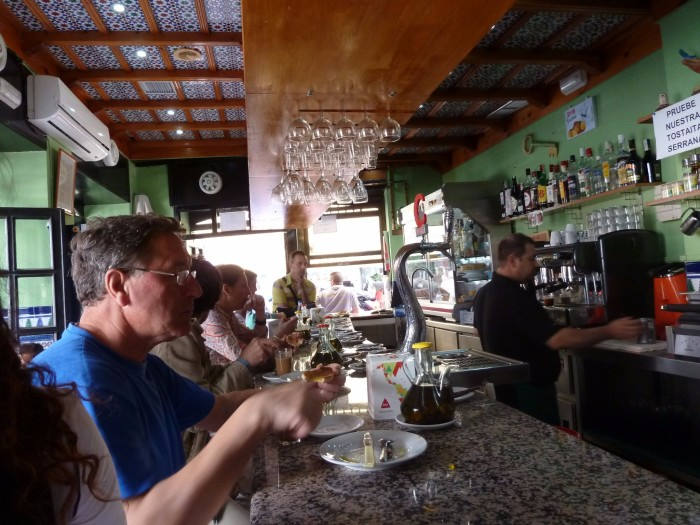 街边的小餐馆 绿色的墙壁 木质吊顶 很有情调图片