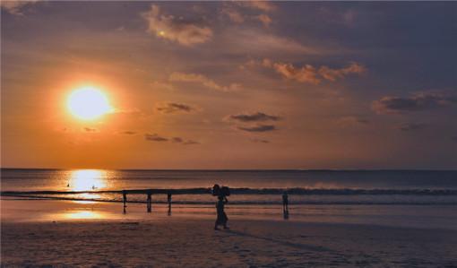 晚餐到巴厘岛最令人感到亲切的【金巴兰海滩】,金巴兰海滩落日是世界