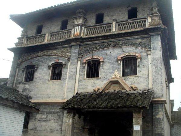 碉楼融欧式教堂风格与东方明清砖木建筑风格为一体