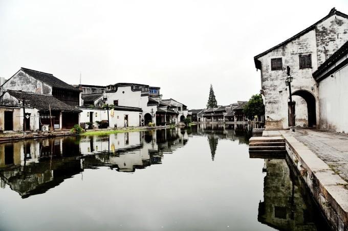 是江南水乡古镇保存最为完整的沿河民居住宅群之一  也是南浔最美的