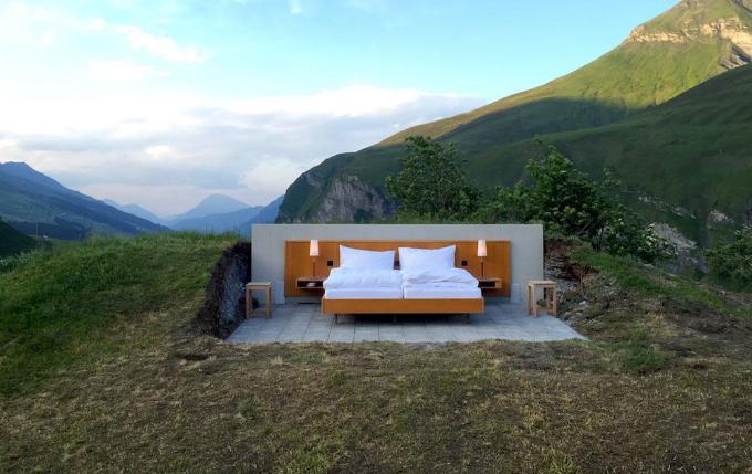 这家旅店除了一张床什么都没有,住一晚2000元还生意爆棚!