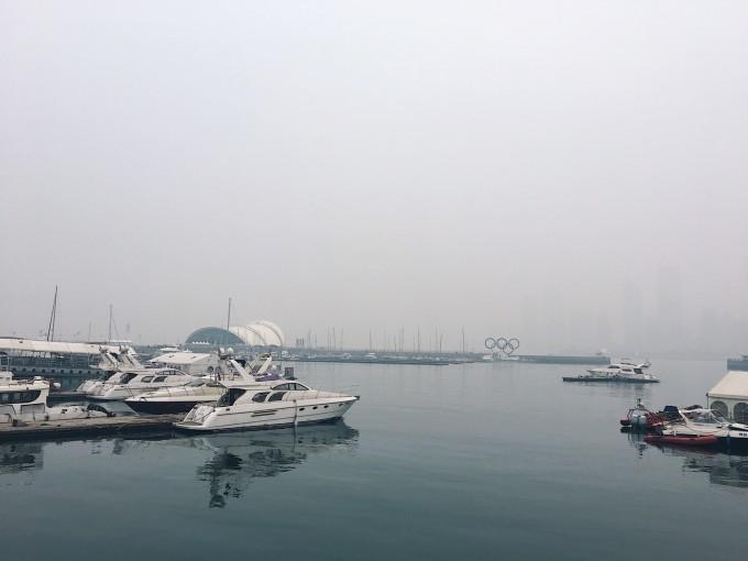 曾经无数次幻想与你相见的场景 ,什么时间 和什么人、 2月14日 踩着冬天的尾巴 在这个情侣你侬我侬的的节日里只身和你相见 、青岛 你好 【目的地介绍】 青岛位于山东半岛南端,依山傍海,风光秀丽,气候宜人,是一座独具特色的海滨城市。也是中国东部重要的海滨城市,是中国重要的经济中心城市和港口城市,国家历史文化名城和风景旅游胜地。 【时间】2017年2月14日2月18日 【行程】 Day1 大连烟台青岛劈柴院 Day2 天主教堂大学路信号山鲁迅公园小青岛中山路台东夜市 Day3 八大关第二