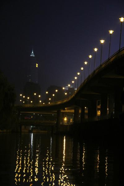 夜绍兴!   神采飞扬游乐公园,后面就是火车站了.   小亭山上永和塔