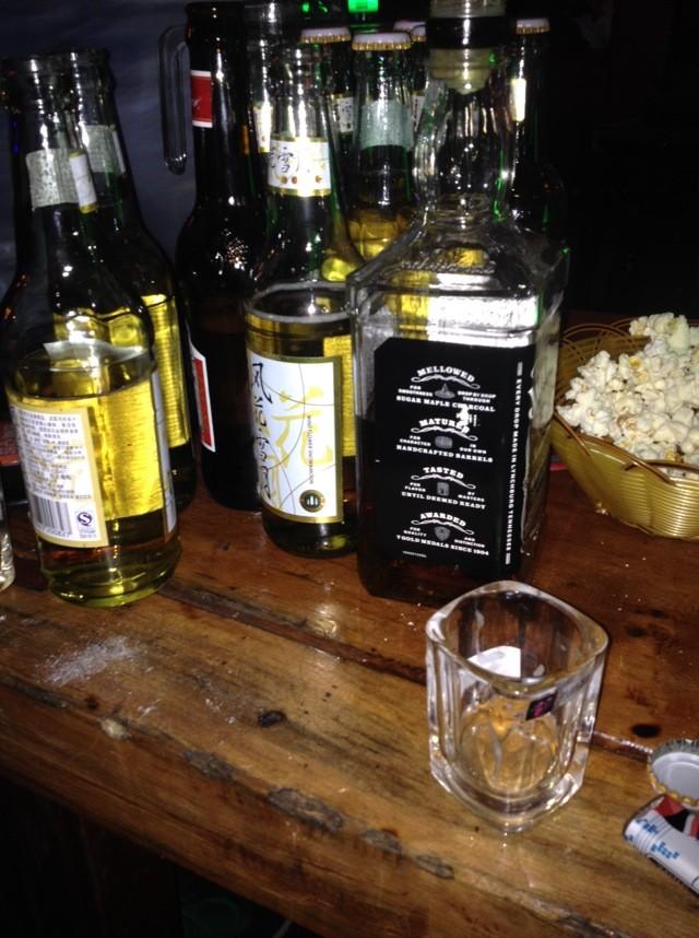ktv喝酒瓶子_结果五个酒鬼还拿着啤酒瓶,在阳台上喝酒,看星星,而且裹着被子看星星