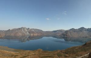 【长白山图片】层林尽染和白云蓝天加碧水---深秋的长白山