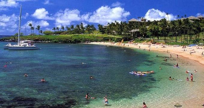 关岛距离中国最近的美国领土,是西太平洋上的一片人间净土。位于马里亚纳群岛最南端,是通向密克罗尼西亚的门户。被誉为免税购物天堂。有洁白如雪的沙滩、清新蔚蓝的海水、瑰丽的珊瑚礁、恬静的晚霞以及淳朴热情的查莫洛人。