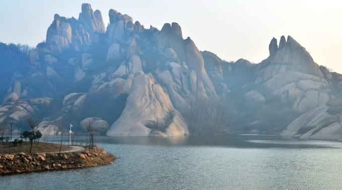 嵖岈山风景名胜区位于河南省遂平县境内,景区面积148平方公里,可游