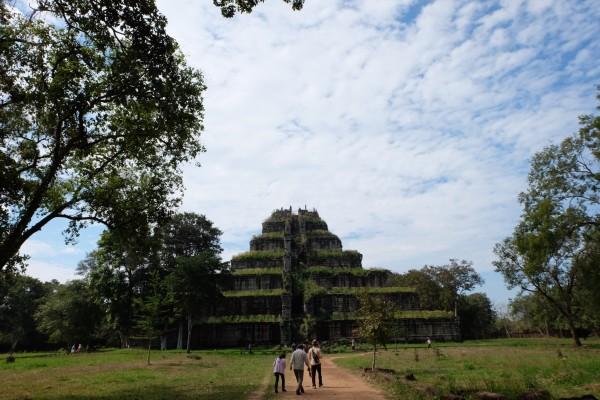登上七层金字塔,塔顶中央是一个大洞