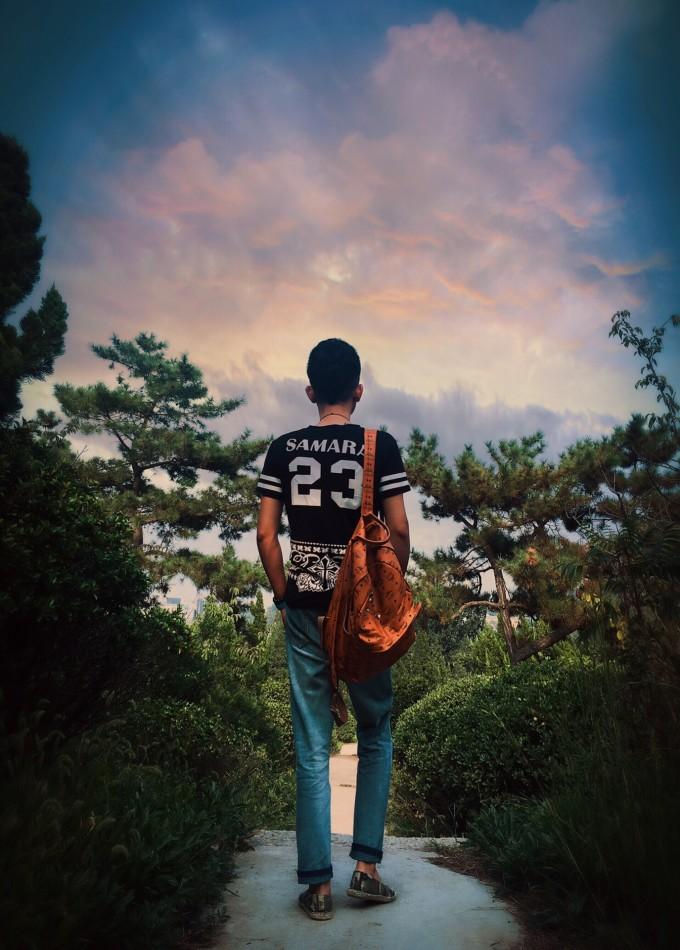 一个人背包旅行_一部手机 一个背包 一个自拍三角架 开始一个人的旅行