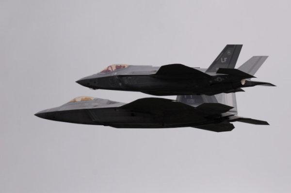 这次航展,参与表演的飞机近70架,地面展示的接近100架,有7,8个多架