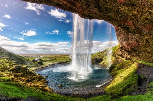 产品详情: 工作人员会去雷克雅未克你下榻的酒店接你,然后和导游一同前往冰岛南部海岸。此行程不包括午餐,如你未自行准备午餐,导游将在旅途过程中停留,以便你购买当天的食物。 1. 塞尔福斯瀑布(Seljalandsfoss Waterfall): 首先在塞尔福斯瀑布停留,摆好姿势,在壮观的瀑布前留下美好的照片。准备好相机,捕捉瀑布倾泻而下的壮观景致吧! 离开塞尔福斯瀑布,前往索尔黑马冰川(Slheimajkull),欣赏壮观的冰川。跟随导游游览古冰原,看看索尔黑马冰川(Slheimajkull)著名的岩